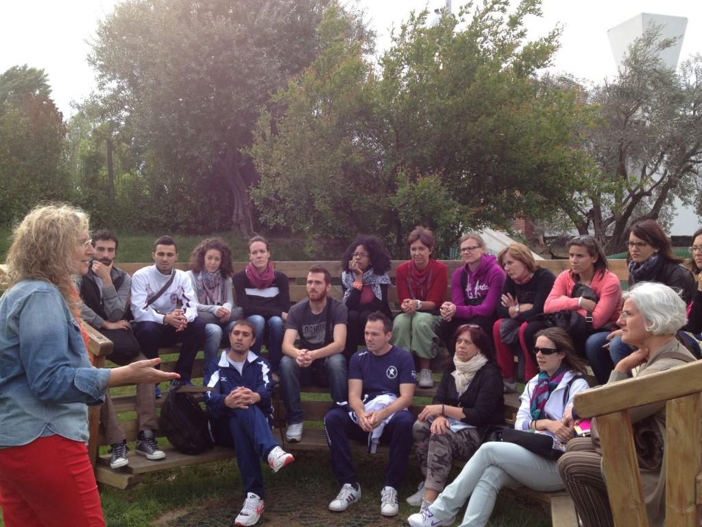 La dott.ssa Patrizia Tortella con alcuni studenti
